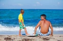 Jongen met vader het surfen Royalty-vrije Stock Afbeelding