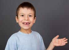 Jongen met verloren tand op draad Royalty-vrije Stock Foto