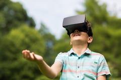 Jongen met virtuele werkelijkheidshoofdtelefoon in openlucht Stock Fotografie
