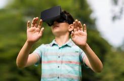 Jongen met virtuele werkelijkheidshoofdtelefoon in openlucht Royalty-vrije Stock Afbeeldingen
