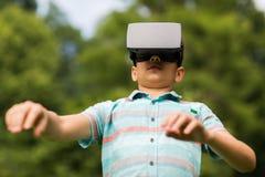 Jongen met virtuele werkelijkheidshoofdtelefoon in openlucht Stock Afbeelding