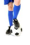 Jongen met voet op voetbalbal Stock Foto's