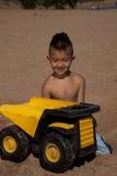Jongen met vrachtwagen in zand Royalty-vrije Stock Foto