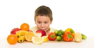 Jongen met vruchten en groenten Stock Afbeelding