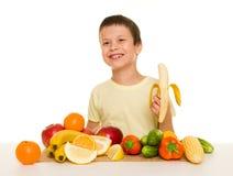 Jongen met vruchten en groenten Stock Foto's