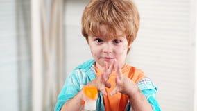 Jongen met vuile handen Kindjongen die met zijn vuile handen na het spelen in vuil pronken Gelukkig kinderjarenconcept Little Boy stock footage
