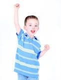 jongen met wapen in de lucht Stock Foto's