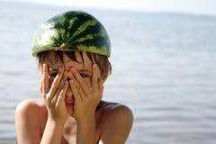 Jongen met watermeloenhoed stock fotografie