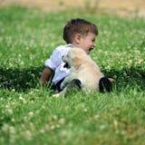 Jongen met zijn hond in het park Royalty-vrije Stock Fotografie
