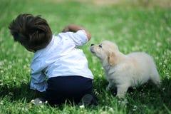 Jongen met zijn hond in het park Royalty-vrije Stock Foto