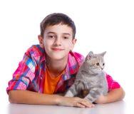Jongen met Zijn Kat Stock Afbeeldingen