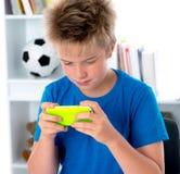 Jongen met zijn smartphone Stock Fotografie