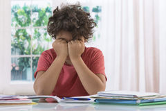 Jongen met zijn thuiswerk wordt geërgerd dat stock foto's