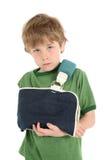 Jongen met zijn wapen in een slinger Royalty-vrije Stock Fotografie