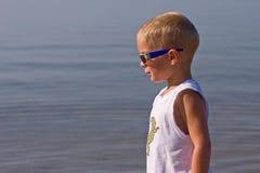Jongen met zonnebril stock foto's