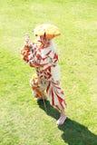 Jongen met zwaard het aanvallen Stock Foto