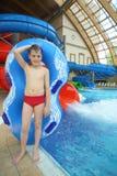 Jongen met zwemmend stuk speelgoed stock foto
