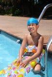 Jongen met zwemmend toestel stock afbeeldingen