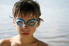 Jongen met zwemmende beschermende brillen royalty-vrije stock afbeelding