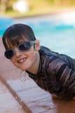 Jongen met zwemmende beschermende brillen royalty-vrije stock afbeeldingen