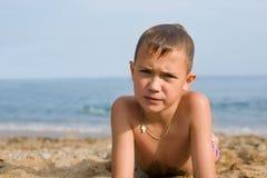 Jongen na het zwemmen in overzees Royalty-vrije Stock Afbeeldingen