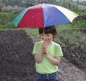 Jongen onder een paraplu Royalty-vrije Stock Fotografie