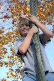 Jongen op bandschommeling Stock Afbeeldingen