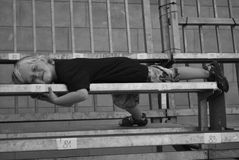 Jongen op bank Stock Afbeeldingen