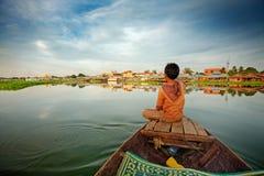 Jongen op boot stock fotografie