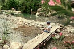 Jongen op brug Royalty-vrije Stock Foto's