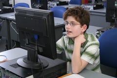 Jongen op computer Stock Afbeelding