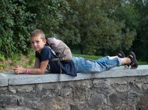 Jongen op de achtergrond van bomen royalty-vrije stock foto