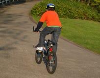 Jongen op de fiets met helm Stock Afbeelding