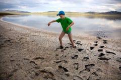Jongen op de kust van zout meer Royalty-vrije Stock Afbeelding
