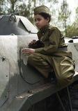 Jongen op de oorlog Kindschooljongen op een tank De jongen in de vorm van een militair tijdens de Tweede wereldoorlog van 1941-19 stock foto's