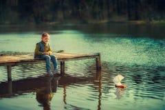 Jongen op de rivier royalty-vrije stock foto's