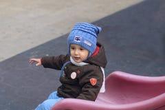 Jongen op de speelplaats Stock Fotografie