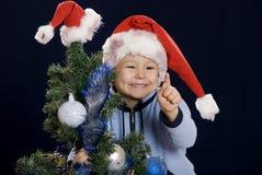 Jongen op de vakantie van Kerstmis om vinger op te heffen royalty-vrije stock afbeeldingen