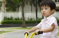 Jongen op driewieler Stock Fotografie