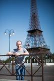 jongen op een achtergrondexemplaar van de Toren van Eiffel Royalty-vrije Stock Afbeelding