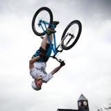 Jongen op een bmx/bergfiets het springen Stock Foto's