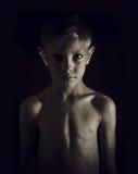 Jongen op een donkere achtergrond Royalty-vrije Stock Foto