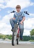 Jongen op een fiets Royalty-vrije Stock Afbeelding