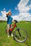 Jongen op een fiets drinkwater royalty-vrije stock foto's