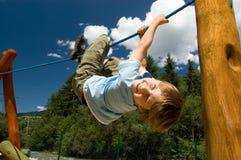 Jongen op een het beklimmen kabel Stock Afbeeldingen