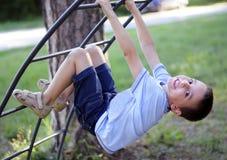 Jongen op een klimrek Stock Foto's