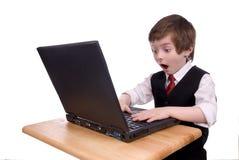 Jongen op een laptop computer stock fotografie