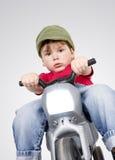 Jongen op een motorfiets. Royalty-vrije Stock Foto