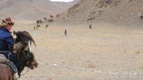 Jongen op een paard met een gouden adelaar stock video