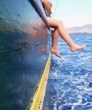 jongen op een schip royalty-vrije stock afbeelding